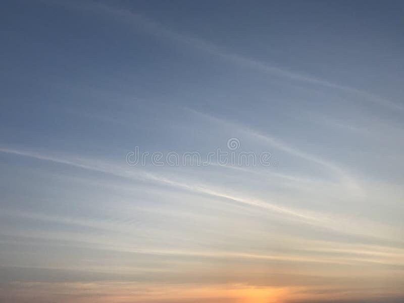 Ciel bleu gentil avec la ligne blanche nuages et coucher du soleil paisible photo stock