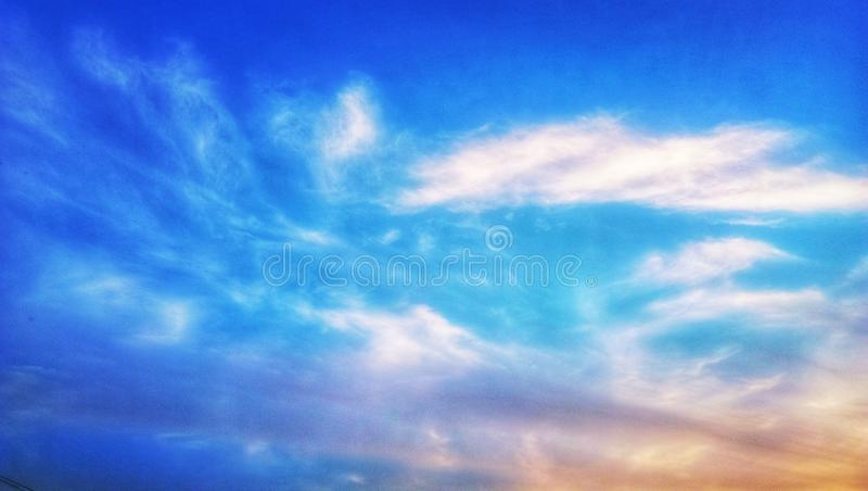 Ciel bleu indien avec les nuages blancs images stock