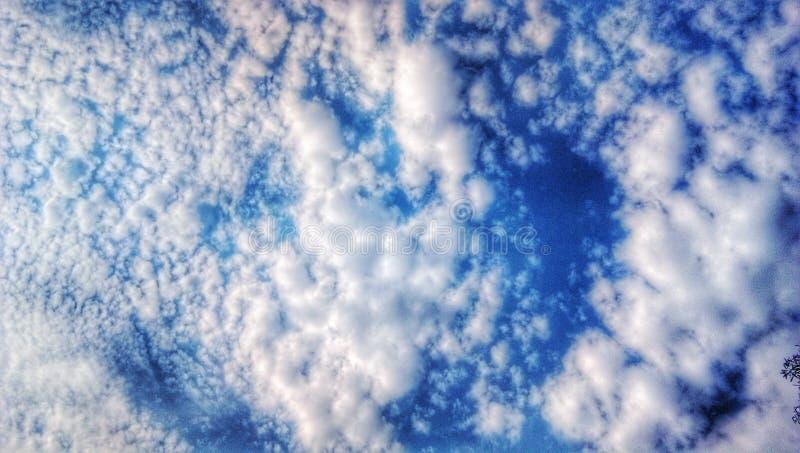 Ciel bleu indien avec les nuages blancs images libres de droits
