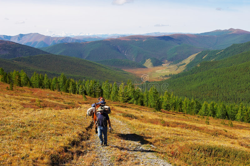 Ciel bleu, montagnes et hommes. photo libre de droits