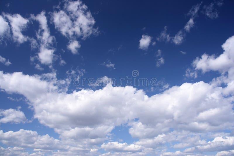 Ciel bleu, nuages blancs images stock