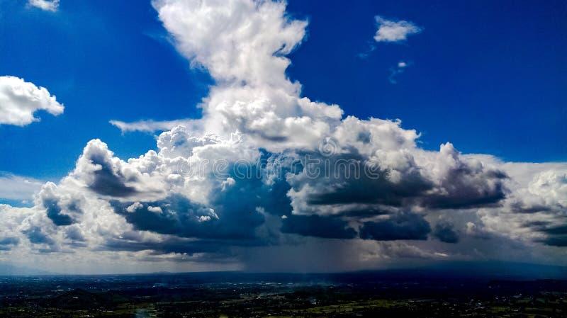Ciel bleu nuageux photographie stock libre de droits