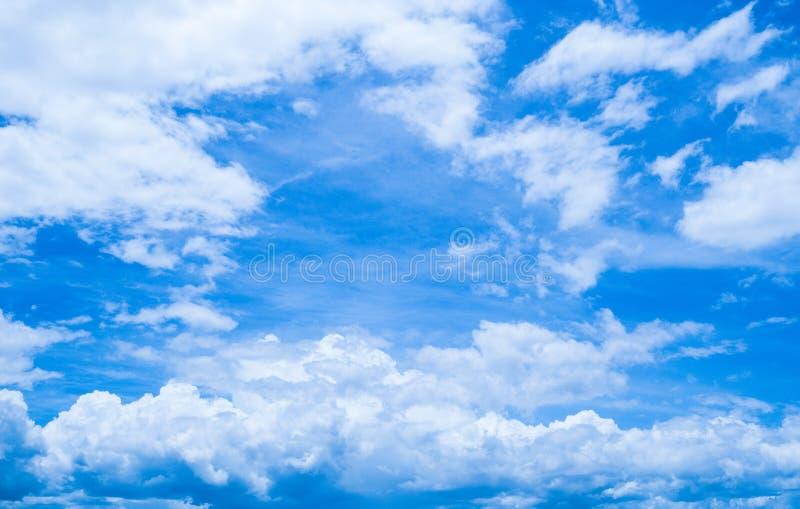 Ciel bleu nuageux image stock