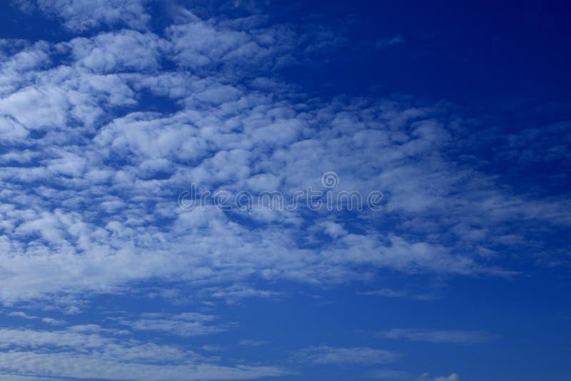 Ciel bleu nuageux au-dessus de Sri Lanka photographie stock libre de droits