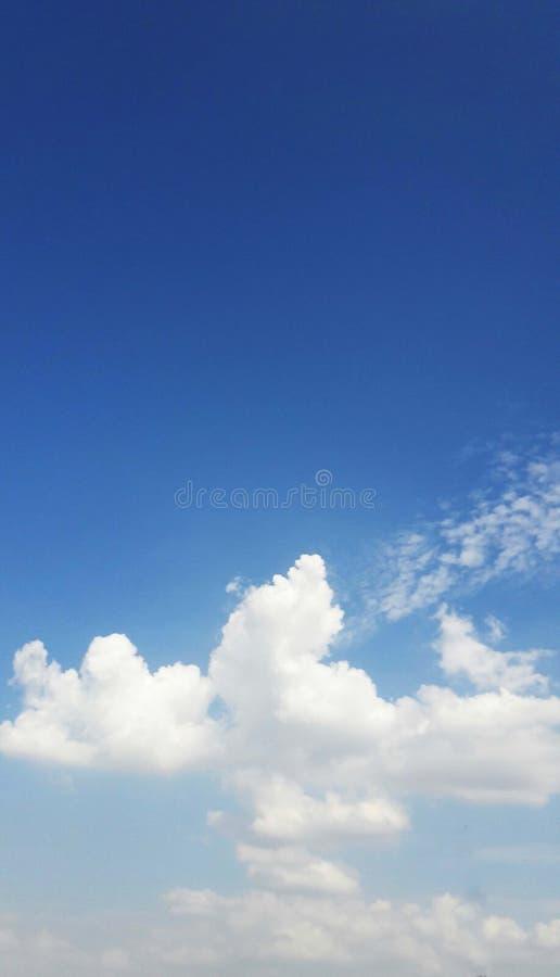 ciel bleu nuageux dans la mousson image libre de droits