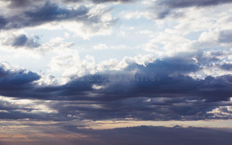 Ciel bleu nuageux et coucher de soleil à l'horizon océan ? paysage brudscape en toile de fond atmosphère dramatique saisonnière l photographie stock
