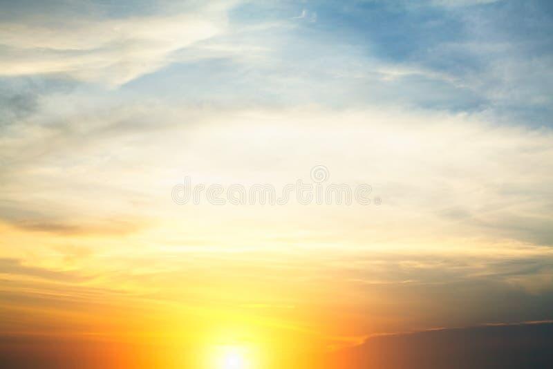 Ciel bleu nuageux pendant un coucher du soleil étonnant nature image libre de droits