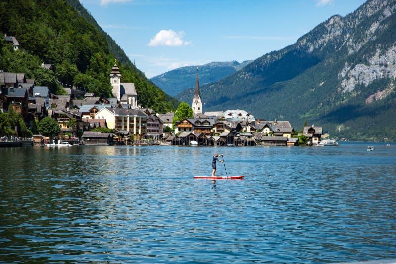 Ciel bleu Paddleboarding de l'UNESCO de Hallstadt Autriche photo libre de droits