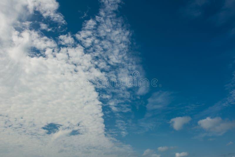 Ciel bleu profond avec les nuages pennés blancs image stock