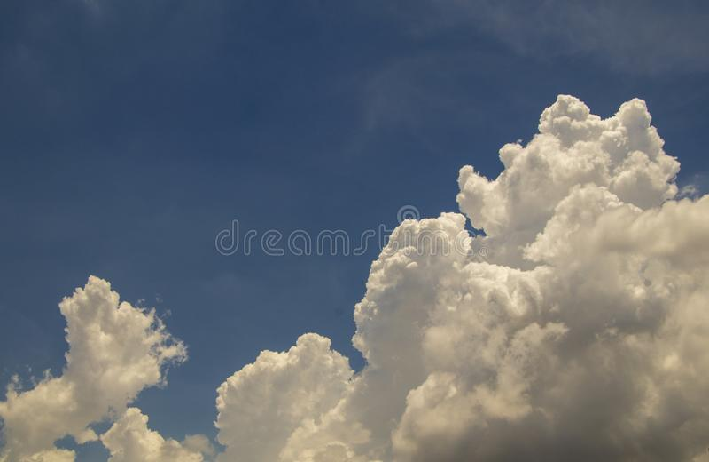 Ciel bleu profond et fond blanc de nuage image libre de droits