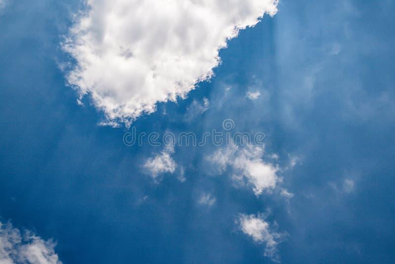 Ciel bleu profond, rayons du soleil et nuages blancs après la tempête images libres de droits