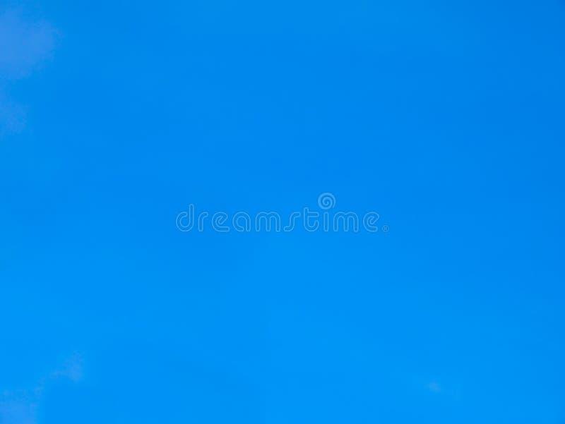 Ciel bleu sans nuages pendant l'été de la Thaïlande photos stock