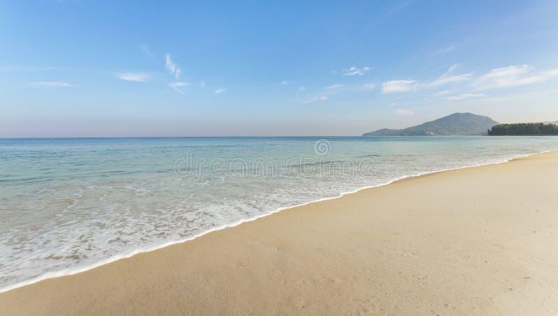 Ciel bleu stupéfiant et mer d'Andaman calme dans la belle nature de paysage marin de matin pour le fond et la conception d'été image stock
