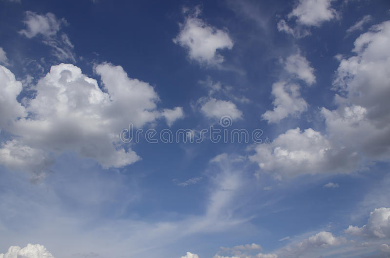Ciel bleu sur de beaux nuages photos libres de droits
