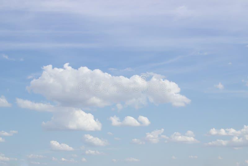 Ciel bleu sur de beaux nuages photo stock