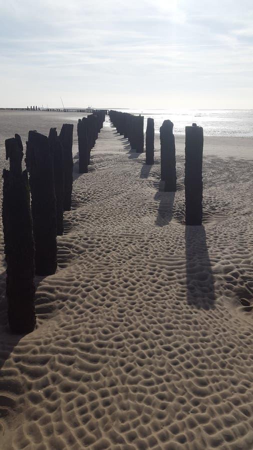 Ciel bleu sur la plage images stock