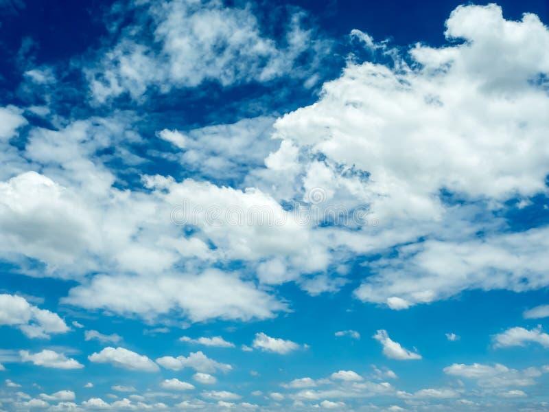 Ciel bleu vif avec le groupe de nuages images stock