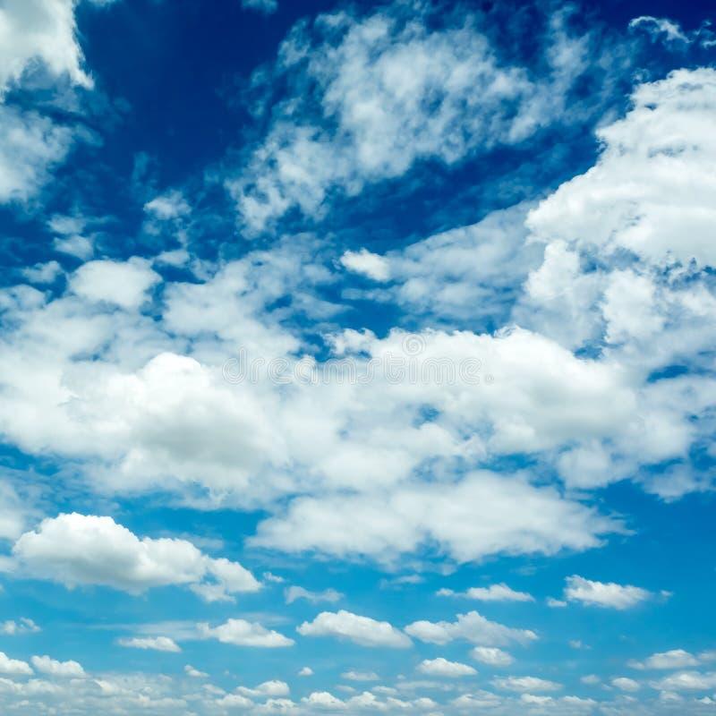 Ciel bleu vif avec le groupe de nuages photos libres de droits