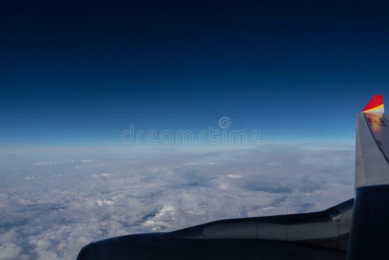 Ciel bleu, vue de l'avion Nuages blancs, une aile d'avion et un moteur d'avion photographie stock libre de droits