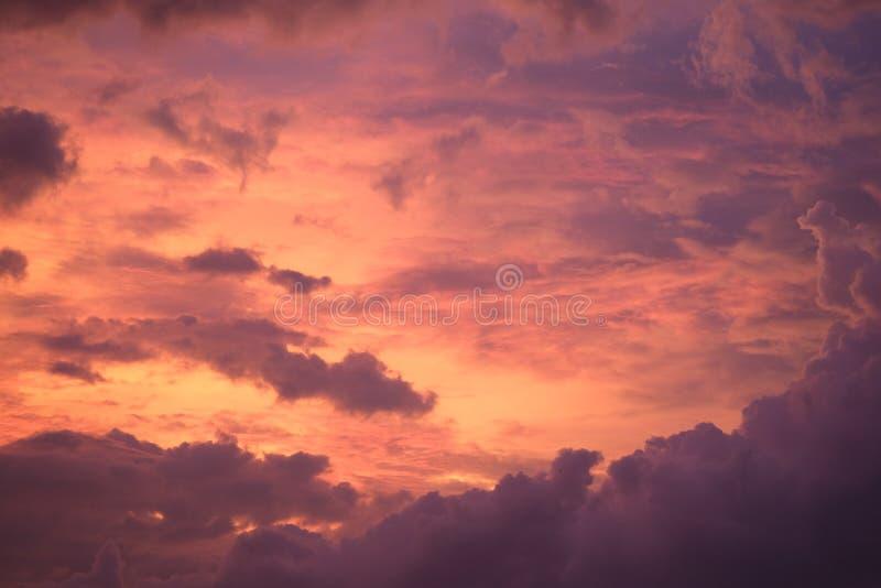 Ciel brûlant pendant le coucher du soleil images libres de droits
