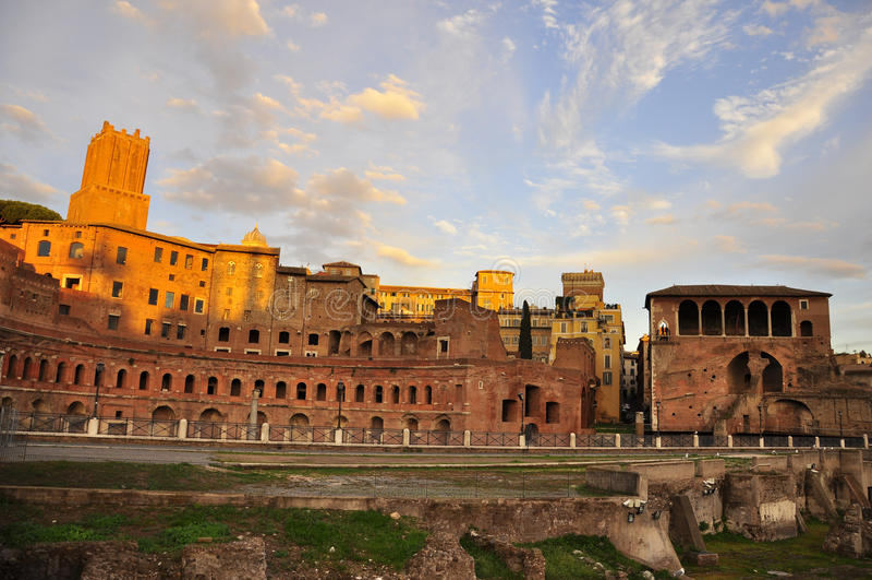 Ciel brûlant au-dessus de Roman Forum photos libres de droits