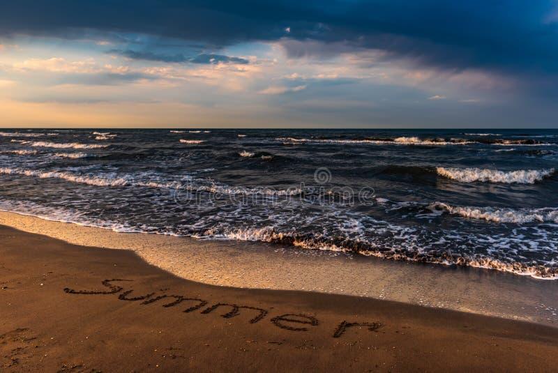 Ciel coloré étonnant au-dessus de mer, plage vide images stock