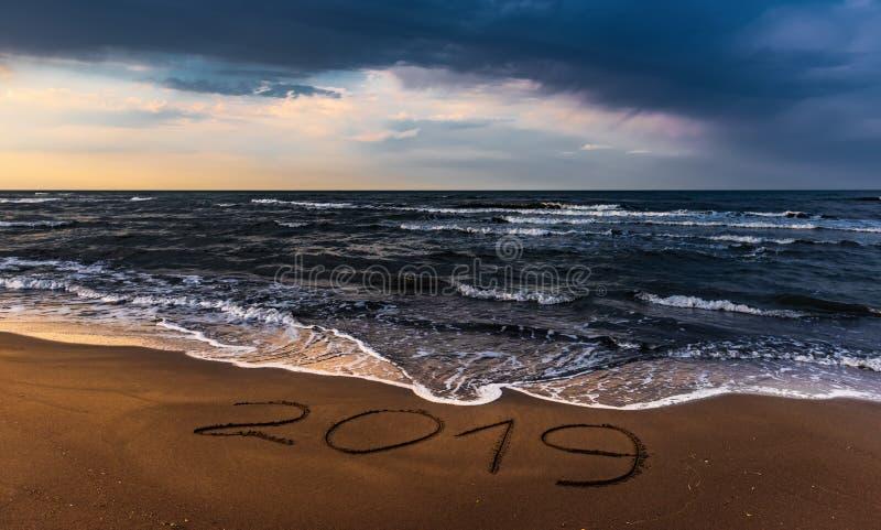 Ciel coloré étonnant au-dessus de mer, plage vide image libre de droits