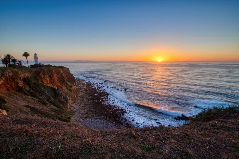 Ciel coloré au coucher du soleil au point Vicente Lighthouse images stock