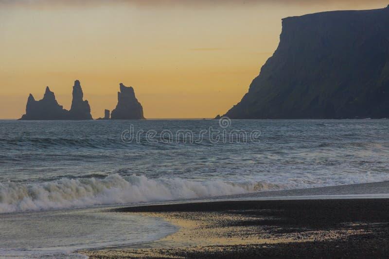 Ciel coloré - coucher du soleil de beauté. Vik, Islande. image libre de droits