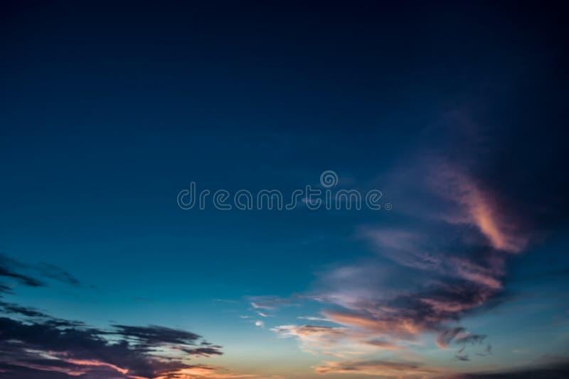 Ciel coloré de coucher du soleil au-dessus de la surface tranquille de mer avec la lumière dramatique photographie stock libre de droits