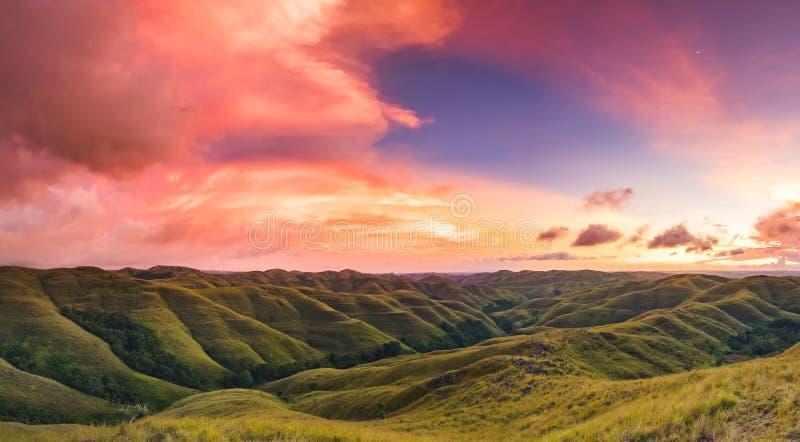 Ciel coloré de coucher du soleil au-dessus de panorama de montagne photo stock