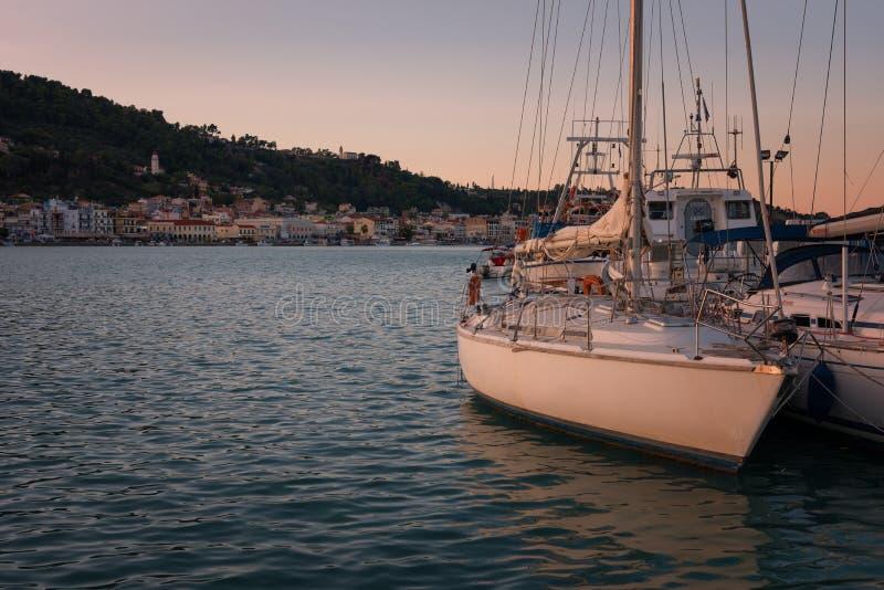 Ciel coloré de coucher du soleil au-dessus de port de Zakynthos, Grèce photo stock