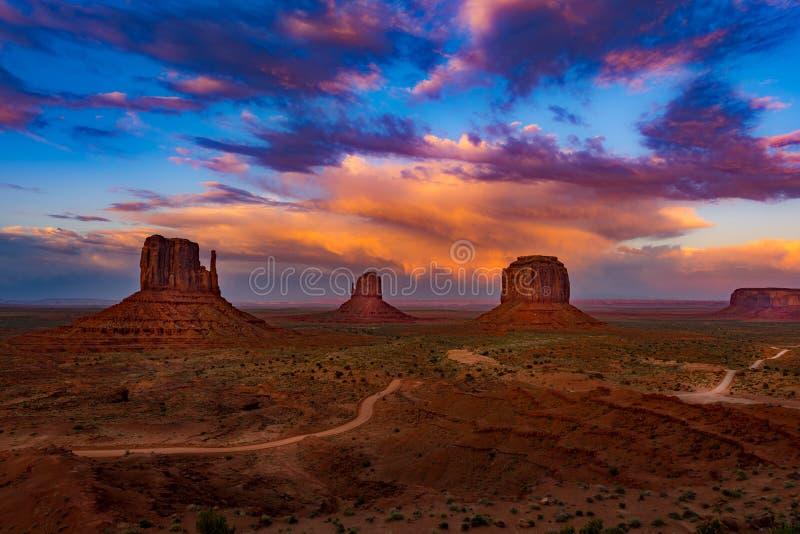 Ciel coloré de coucher du soleil de l'Arizona de vallée de monument images stock