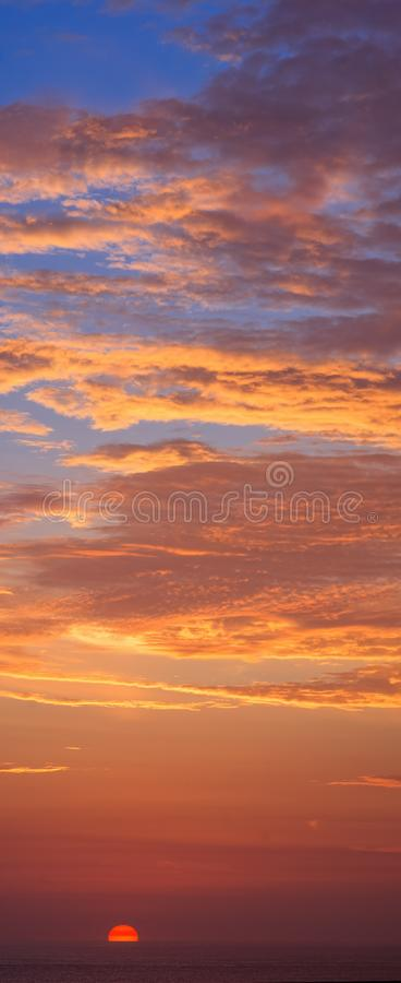 Ciel coloré dramatique avec le coucher du soleil image libre de droits