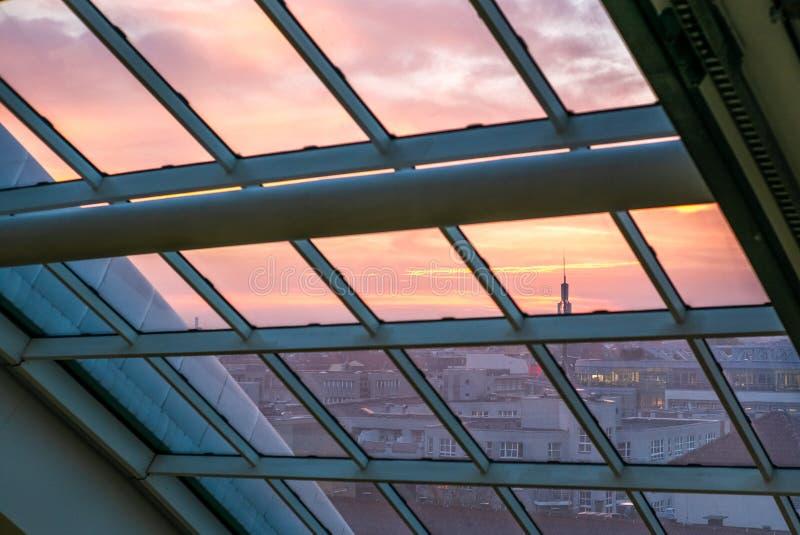 Ciel coloré sur le feu au-dessus de Berlin dans un jour clair d'automne image stock