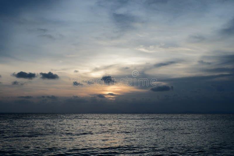 Ciel couché de soleil et mer au bord de la plage photos libres de droits