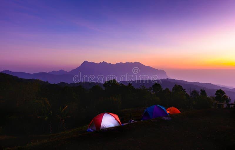 Ciel crépusculaire coloré avant lever de soleil à l'esprit extérieur de camping photographie stock libre de droits