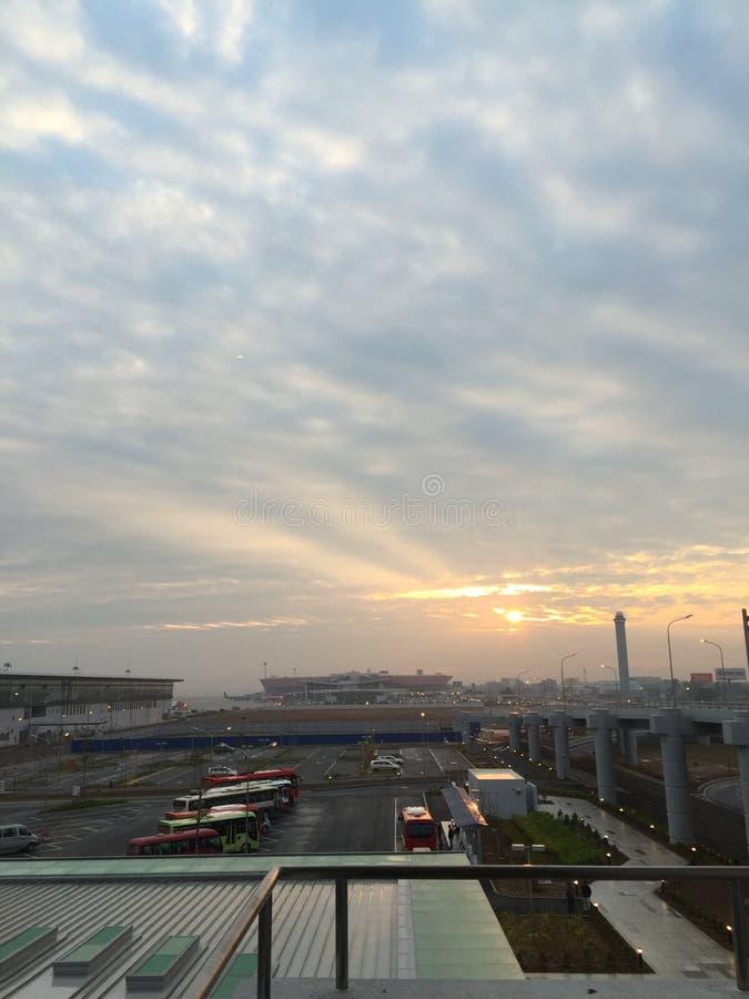 Ciel crépusculaire dans un coin d'un aéroport international important du Vietnam image stock