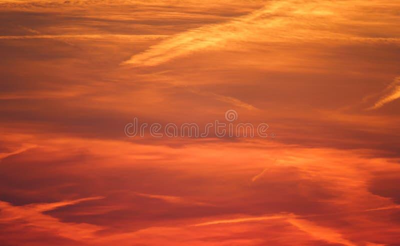 Ciel crépusculaire de cloudscape rouge et dramatique, coucher du soleil léger d'or image libre de droits
