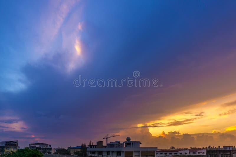 Ciel crépusculaire et nuage de pluie massif images libres de droits