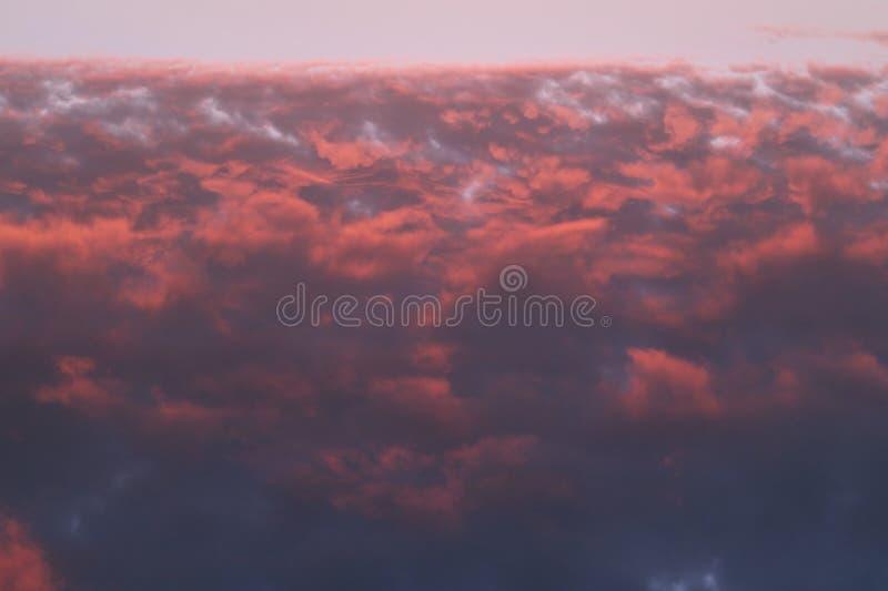 Ciel cramoisi au coucher du soleil Les nuages créent l'impression du feu images libres de droits