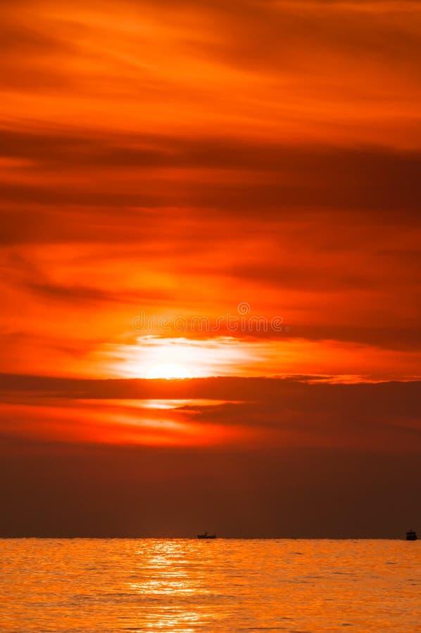 ciel Cramoisi-rouge à l'aube avant la tempête en mer Méditerranée images stock