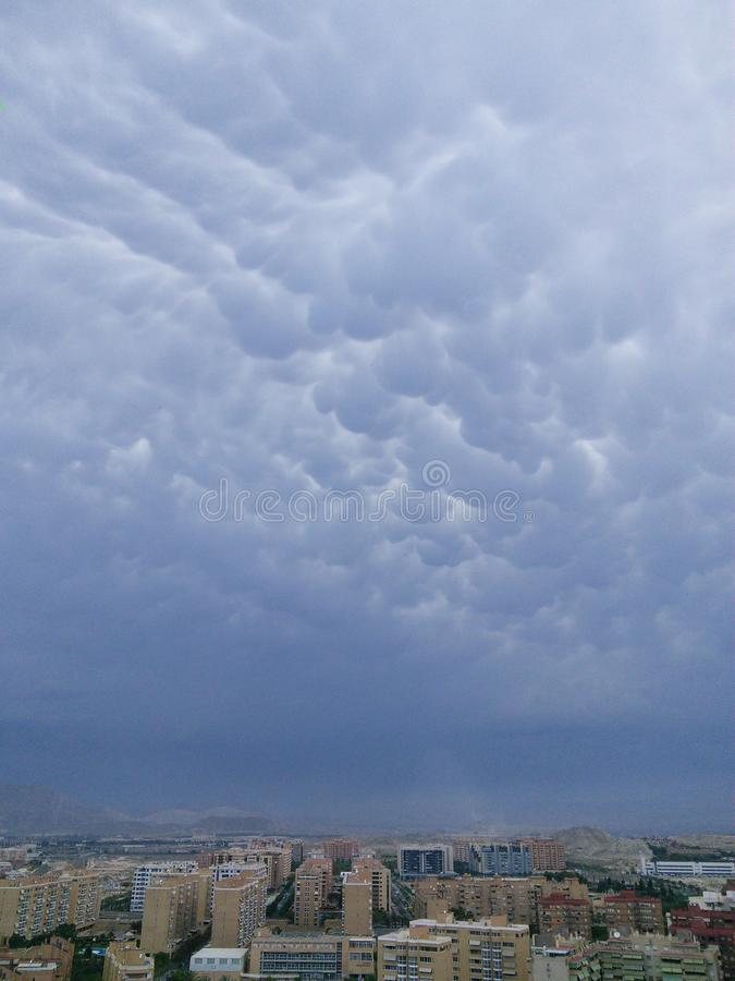 Ciel (cumulus) et ville photos stock