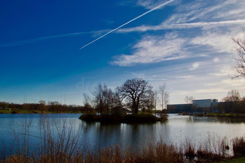 Ciel d'après-midi et le lac images stock