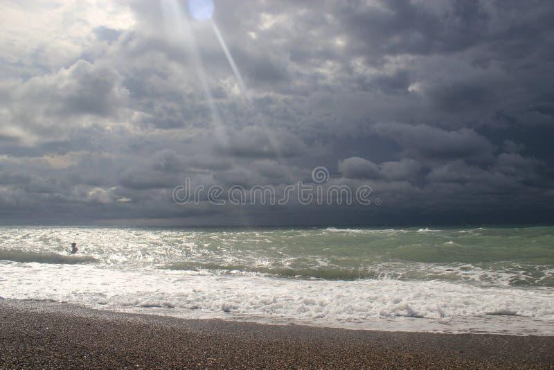 Ciel d'automne en l'Abkhazie photographie stock