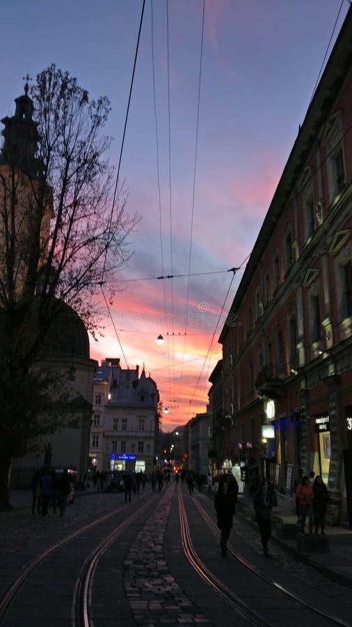 Ciel dans la ville de soirée photographie stock libre de droits