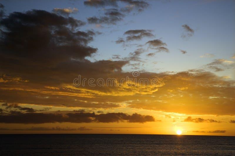 Ciel de coucher du soleil au-dessus de Maui, Hawaï. photo libre de droits