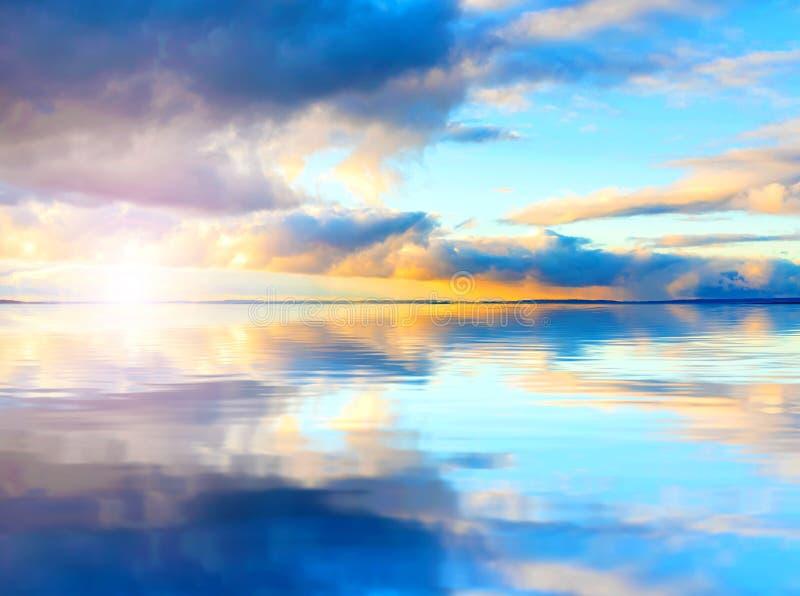 Ciel de coucher du soleil au-dessus de lac photographie stock libre de droits