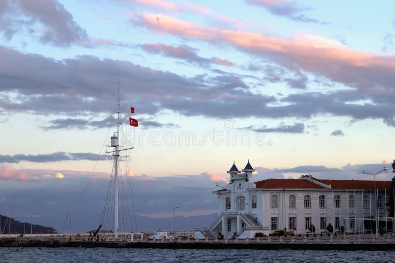 Ciel de coucher du soleil avec de beaux nuages au-dessus des îles d'Istanbul photographie stock