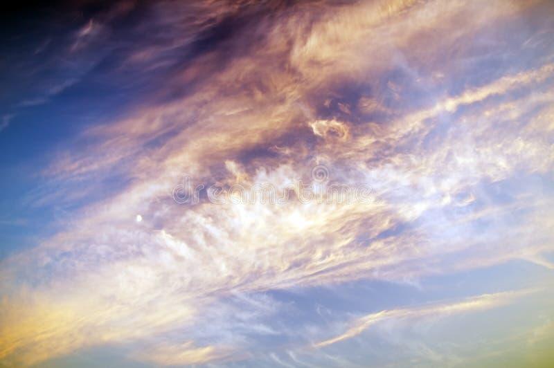 Ciel de coucher du soleil avec la lune images stock